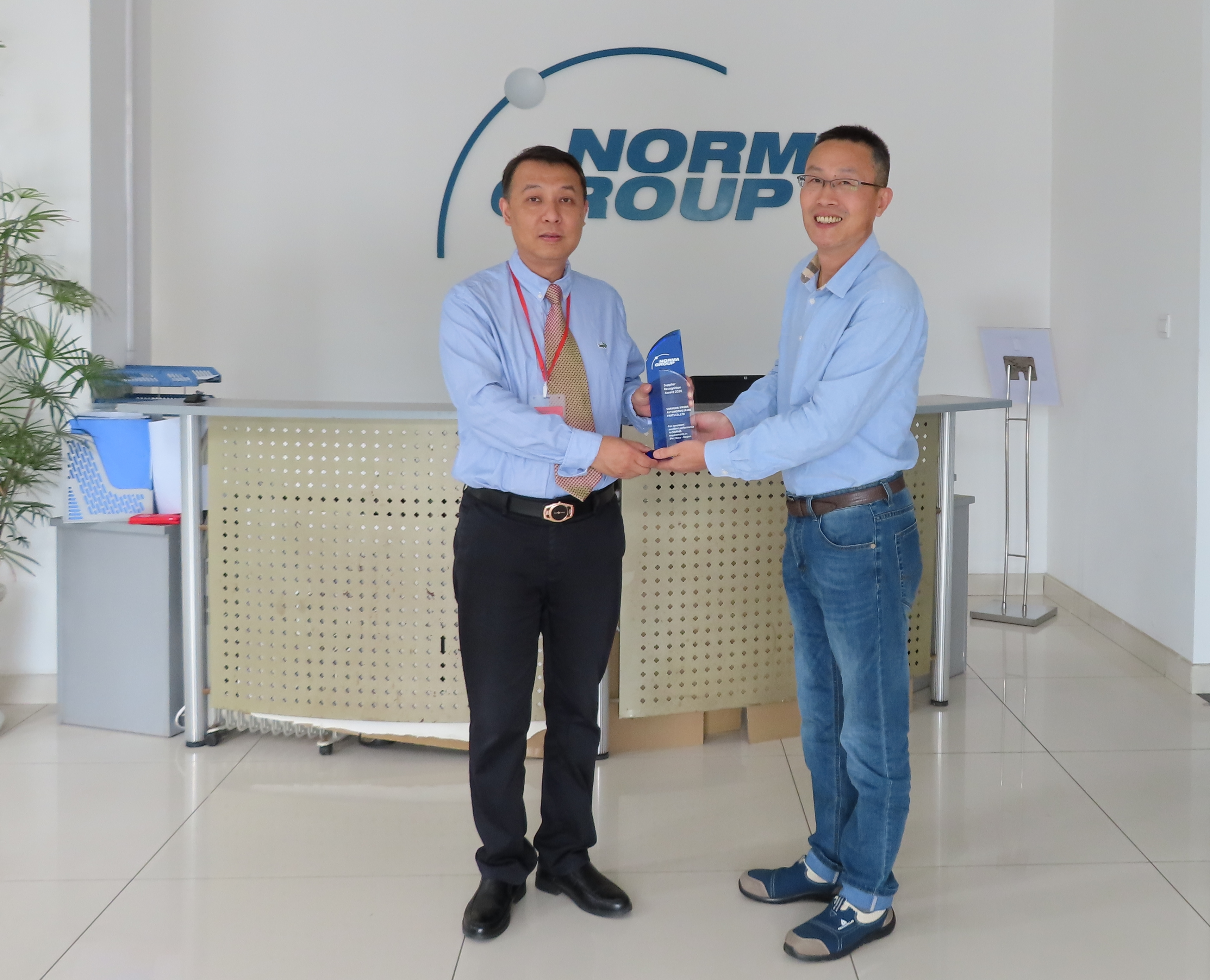 Bruno Shi (right), General Manager of NORMA Group in China, presents the Supplier Recognition Award to Haiben Chen (left), General Manager of Yikeda.